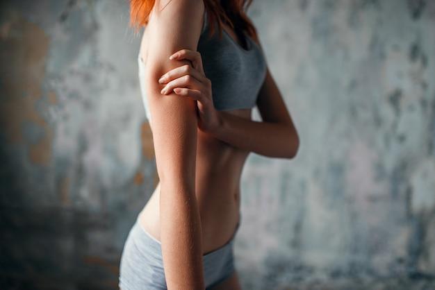 Больная женщина с анорексией, заболевание