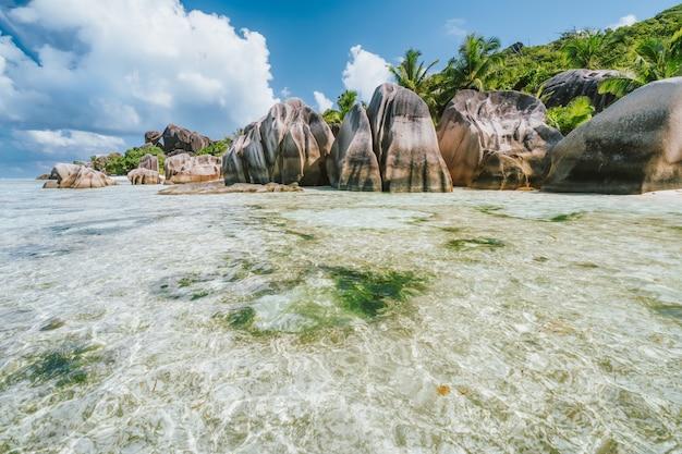 Анс сурс д'аржан. самый красивый и известный пляж в мире. остров ла-диг, сейшельские острова.