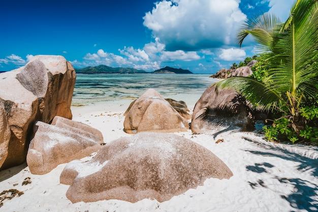 Анс-сурс-д'аржан - райский пляж на сиалде ла-диг, сейшельские острова.