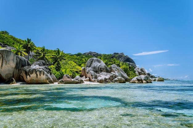 Анс сурс д'аржан. всемирно известный пляж с гранитными валунами и мелкой бирюзовой водой. ла-диг, сейшельские острова.
