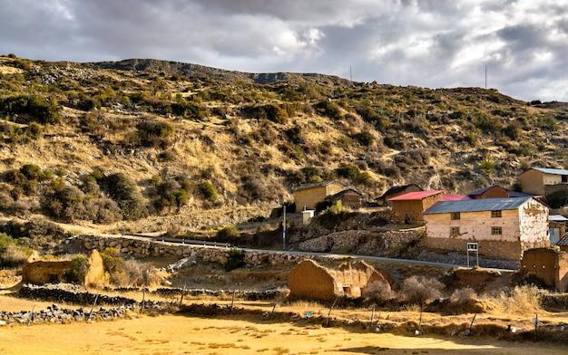 안데스 산맥의 전형적인 페루 마을 안타코차
