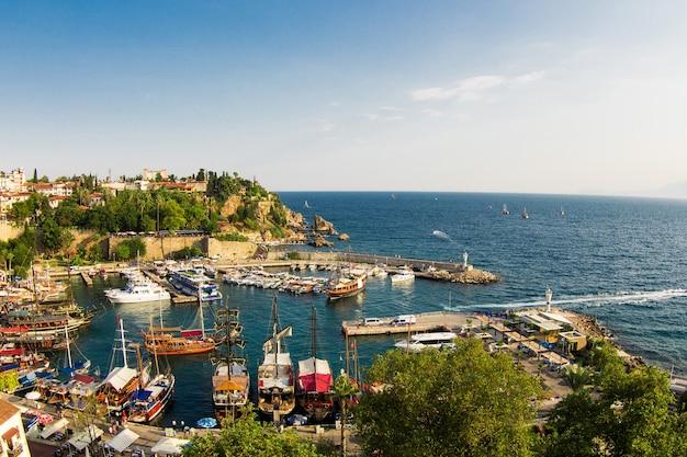 Анталия, турция - 8-ое ноября 2016: небольшая пристань для яхт в историческом старом городе анталии, известном как калеичи.