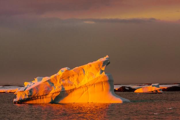 Антарктический ледник с полостями. красивый зимний фон.