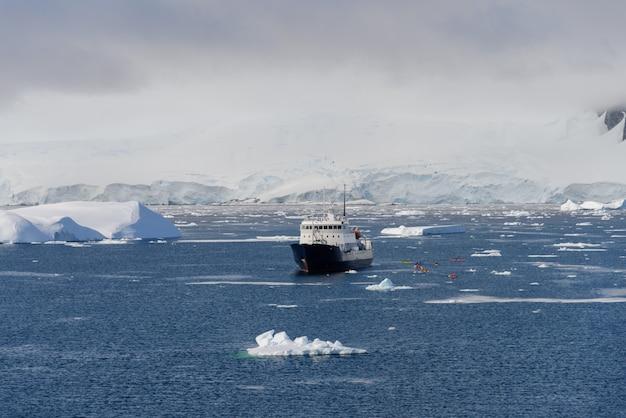 遠征船のある南極の風景
