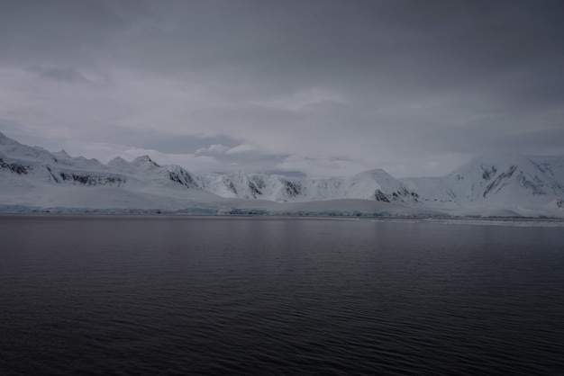 Антарктический пейзаж с ледником и горами