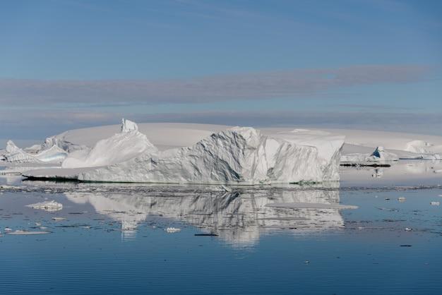 氷山のある南極の風景