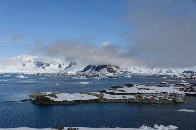 山と島の南極の風景