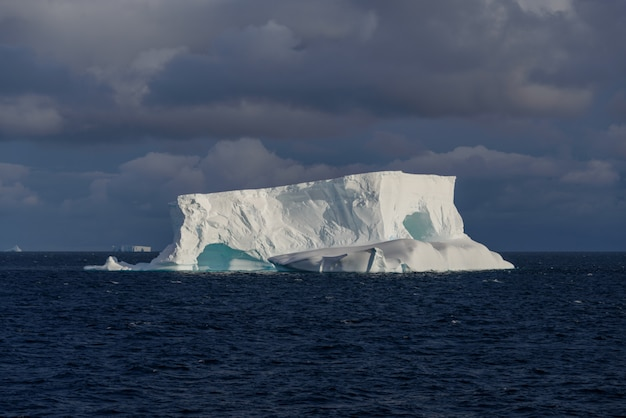 Антарктический морской пейзаж табличный с айсбергом