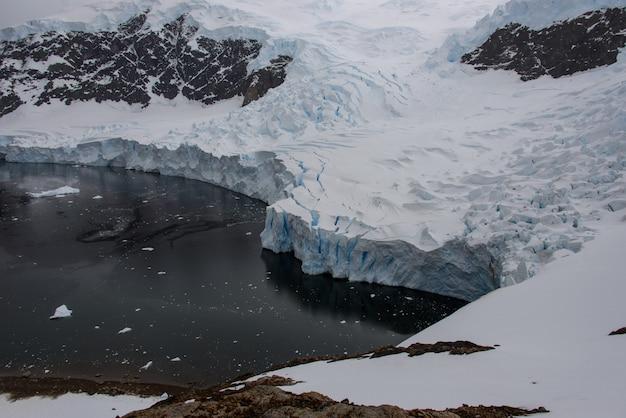 Антарктический морской пейзаж со льдом