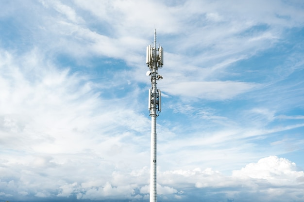 Антенна сотовая 4g, 5g на фоне голубого неба