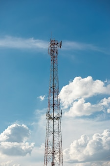 Башня ретранслятора антенны на голубом небе.
