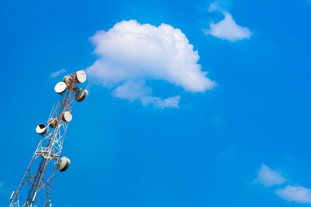 많은 수신기 접시와 하늘과 구름 배경이 있는 안테나.