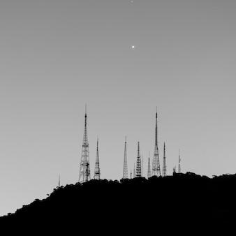 브라질 리우데자네이루의 수마레 언덕에 있는 안테나.