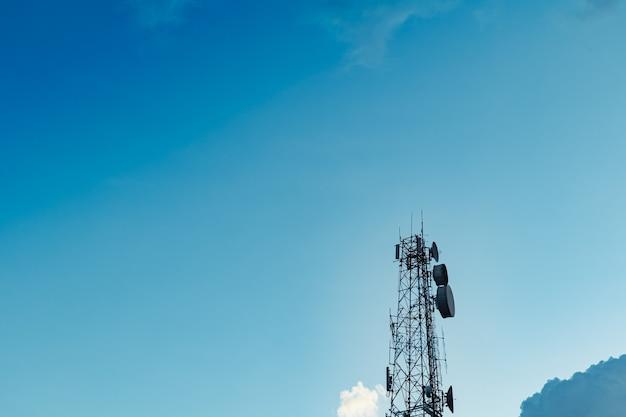 다른 장소로 데이터를 전송하기 위해 더 높은 안테나