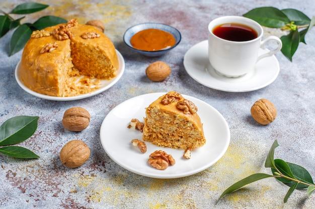 クルミ、コンデンスミルク、クッキーとおいしい自家製のソビエト伝統的なanthillケーキ