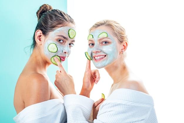 안티에이징 케어. 아름다워지세요. 모든 연령대의 피부 관리. 피부 마스크를 즐기는 여성. 순수한 아름다움. 미용 제품입니다. 스파 및 뷰티 케어. 클레이 페이셜 마스크를 만드는 목욕 가운에 여자 친구 자매.