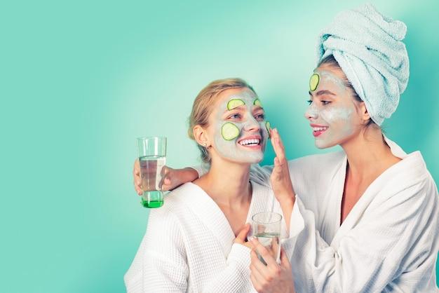 안티에이징 마스크. 아름다워지세요. 모든 연령대의 피부 관리. 오이 스킨 마스크를 즐기는 여성. 휴식 개념. 아름다움은 내면에서 시작됩니다. 스파 및 웰빙. 클레이 페이셜 마스크를 만드는 여자 친구 자매.