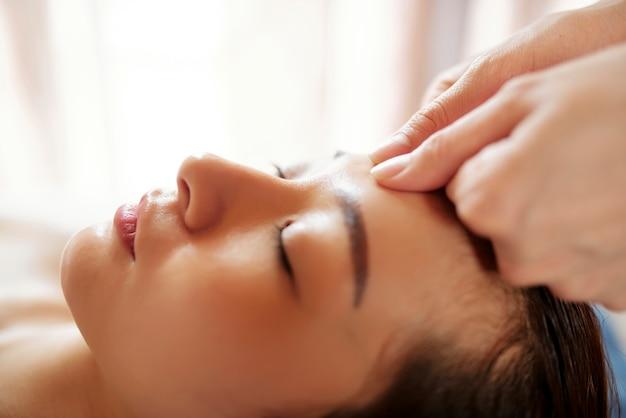 Антивозрастной массаж лица