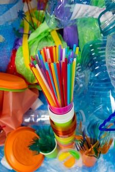 反プラスチックキャンペーン。惑星の問題に注意を向ける分解不可能なプラスチックで作られたカラフルな長いストロー
