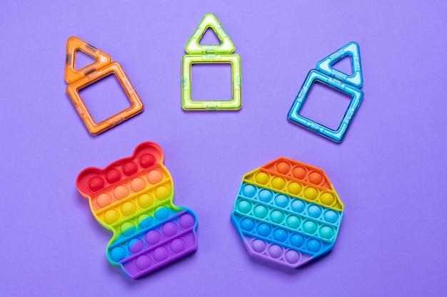 안티 스트레스 장난감이 튀어 나와 간단한 보조개. 안절부절 못하는 아이들을 위한 트렌디한 엔터테인먼트 개념, 미세 운동 기술 개발, 스트레스 해소.