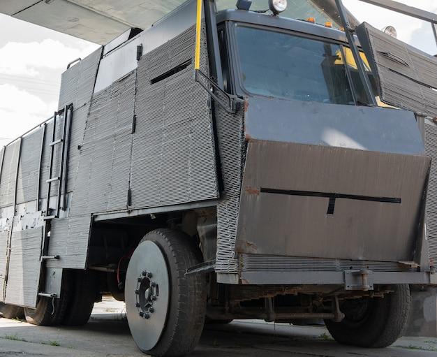 금속판으로 덮인 테러 방지 또는 좀비 묵시록 장갑차 트럭