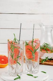 Антиоксидант настоянен на грейпфрутовой воде. концепция диеты. копировать пространство