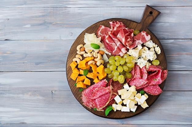 ベーカリー、ジャーキー、ソーセージ、ブルーチーズ、ブドウのアンティパストケータリング食卓