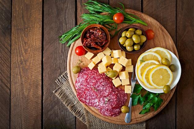 Антипасто блюдо с салями и сыром