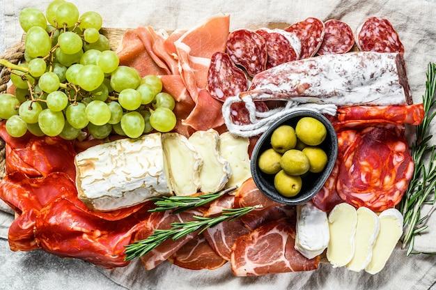 Антипасто ассорти из холодного мяса с виноградом