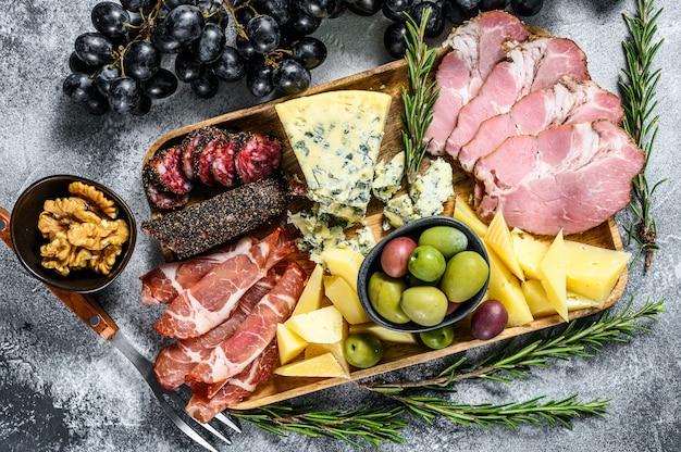 Антипасто с ветчиной, прошутто, салями, голубым сыром, моцареллой и оливками.