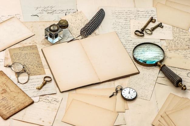 골동품 액세서리, 오래된 편지, 잉크병 및 빈티지 깃털 잉크 펜. 향수 감상 종이 배경