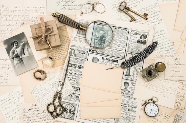 Антикварные аксессуары винтажный модный журнал старые письма и открытки ретро-фон