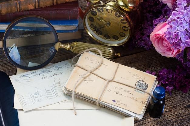 Старинный будильник с кучей почты и цветов