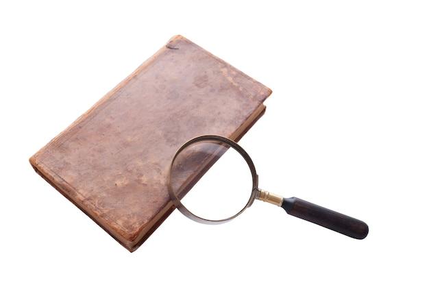 アンティークの本と拡大鏡、孤立した白い背景