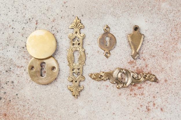콘크리트에 골동품 황동 열쇠 구멍 커버