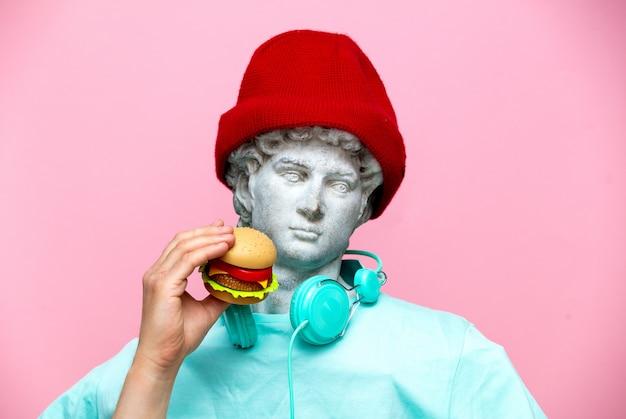 Античный бюст мужчины в шляпе с гамбургером
