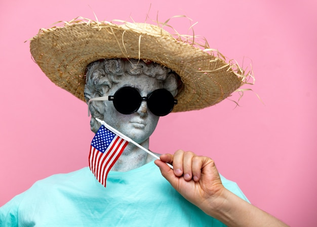 Античный бюст мужчины в шляпе с флагом сша