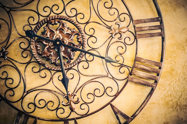 壁にアンティークの時計