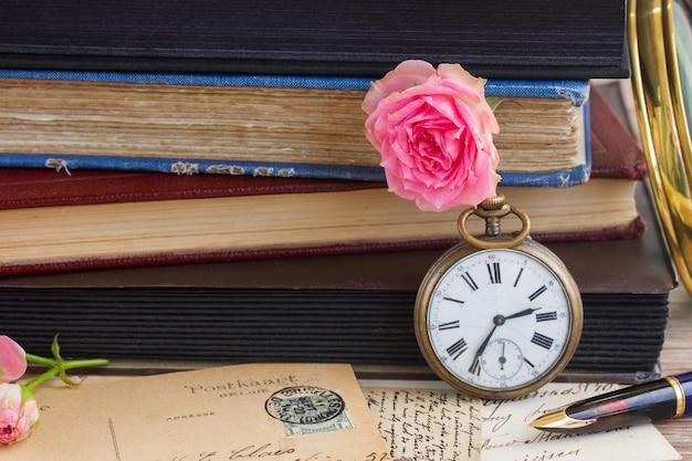 오래 된 책과 편지 배경으로 골동품 시계
