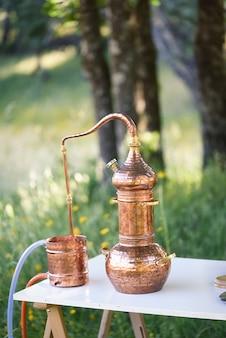 Античная медь все еще на открытом столе, концепция алхимии натуропатической алхимии