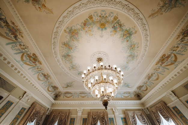 宮殿のアンティーククリスタルシャンデリアシャンデリア。城の大きなシャンデリア。