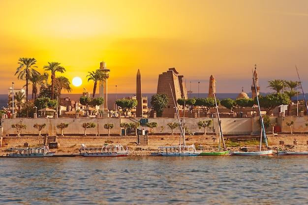 고대 이집트 사원 단지 룩소르 카르낙 나일강에서 유적의 보기 유네스코