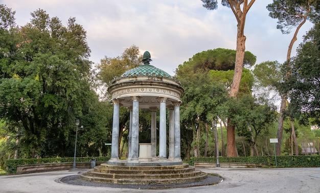 イタリア、ボルゲーゼ公園の庭園にあるアンティークガゼボ