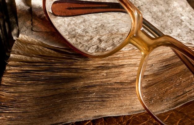오래 된 풍 화 책에 골동품 안경입니다. 클로즈업보기