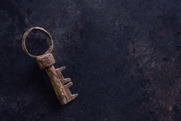 Античный ключ на старинном фоне