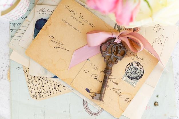 アンティークキーと封筒付き文字