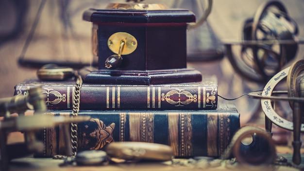 책에 골동품 오르골