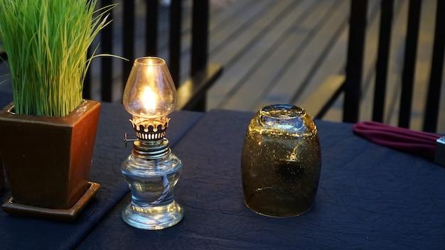 アンティークオイルランプとテーブル上のガラス