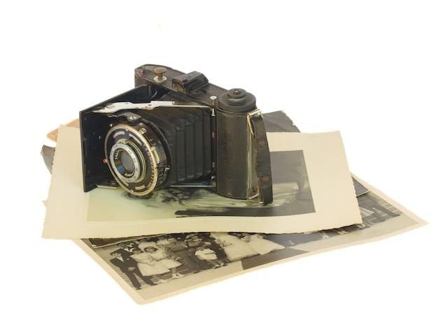白い背景で隔離のols写真の山にアンティークフォトカメラ