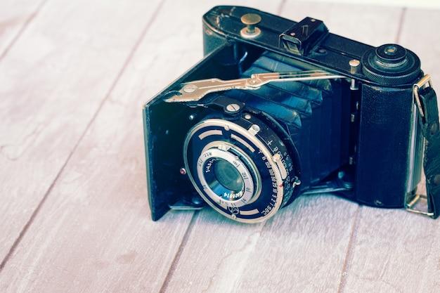白で隔離のols写真の山にアンティークフォトカメラ